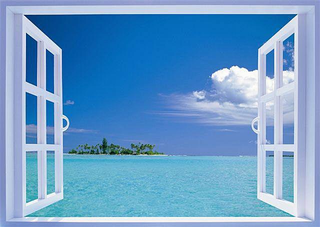 窓を開けると一面の海と小島が見えています。