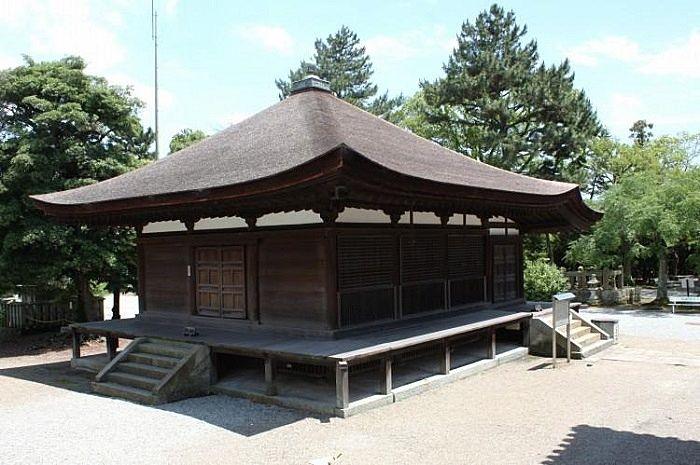 本堂の東には国宝の『太子堂』があります。