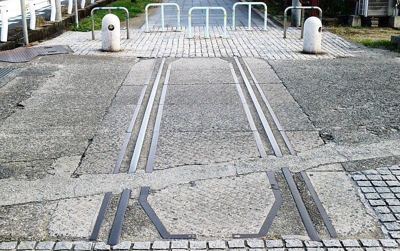 松風こみちの、踏切であったと思われる交差点に残るレールの跡。