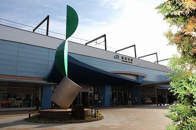 清流加古川と船、さざ波をイメージしたブルーの曲線が美しい加古川駅です。