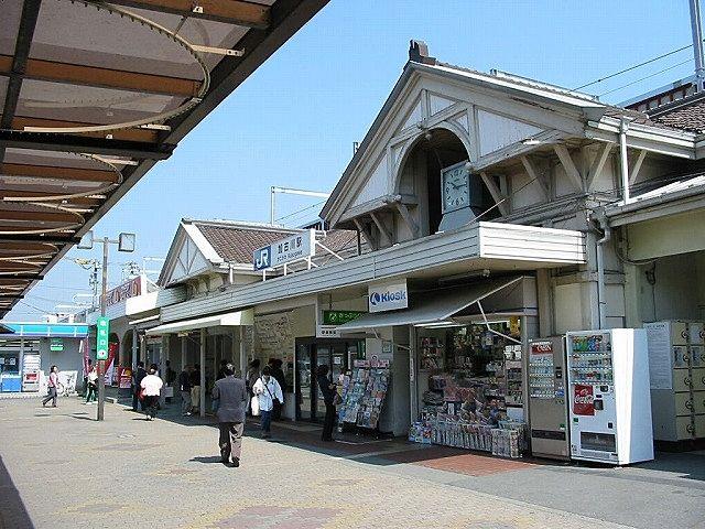 旧加古川駅の三角屋根、三つの内の真ん中に時計が埋め込まれています、