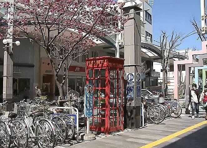 ベルデモールのお洒落な赤い電話ボックスです。