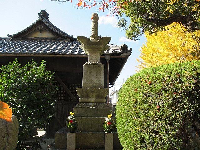 称名寺大師堂の前に建つ七騎供養塔。