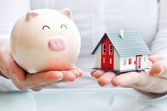 ブタの貯金箱と家の模型。
