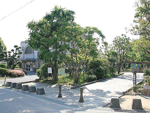 金剛寺浦公園の向こう側に加古川図書館が見えます。