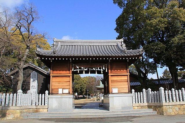加古川市加古川町木村にある泊神社の山門。