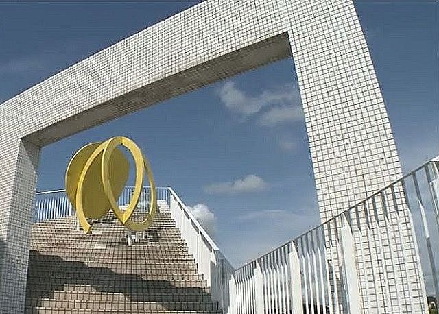 松風ギャラリーの屋上に置かれた黄色いモニュメント。