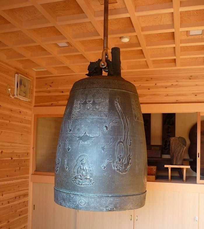 境内の西側の収蔵庫に納められた古い朝鮮鐘(ちょうせんしょう)