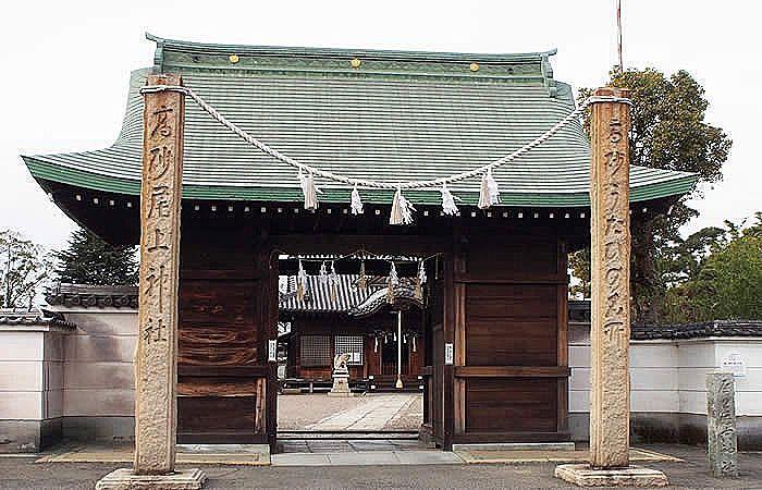 加古川市加古川町長田に建つ『尾上神社』の山門。
