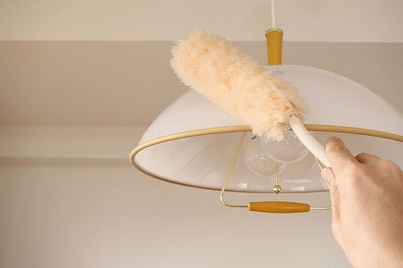 掃除は上から下に行う 化繊のハタキは、静電気でホコリ取る