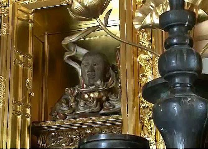 開山堂に祀られている『教信上人の頭の像』です