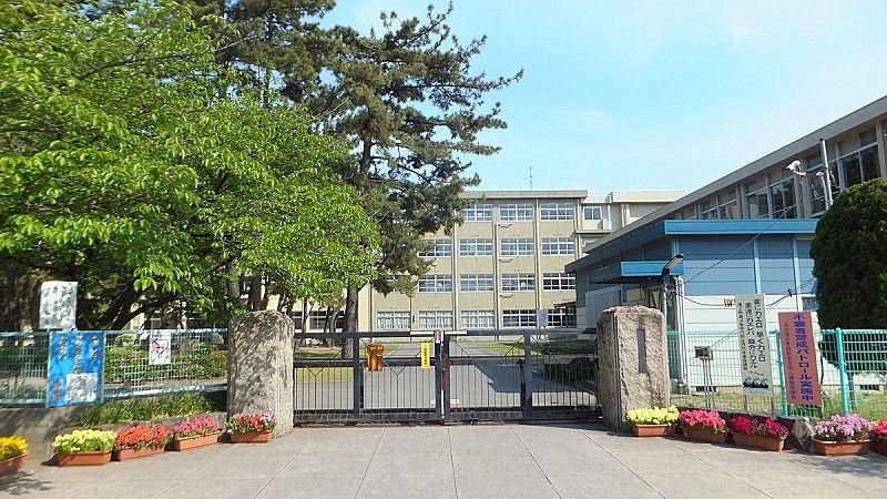 加古川市立浜の宮小学校の校門です。