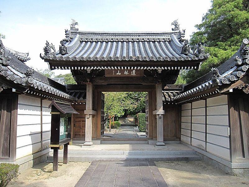加古川市平岡町新在家に建つ道林山 横蔵寺 山門