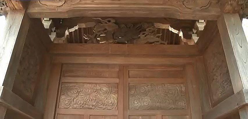 細やかな板彫刻が施されていいる横蔵寺の山門の門扉