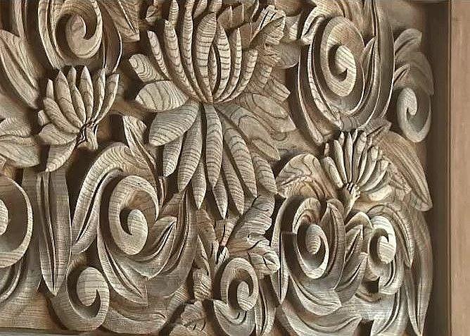 花の彫刻が施された横蔵寺山門の門扉
