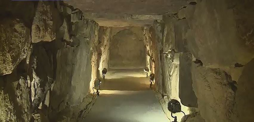 復元された中山1号墳の棺を納める石室