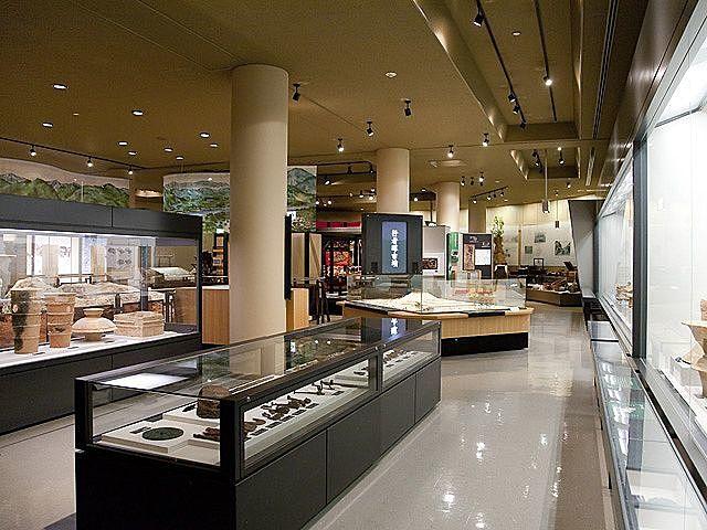 豊富な考古学資料や民俗資料を展示している博物館