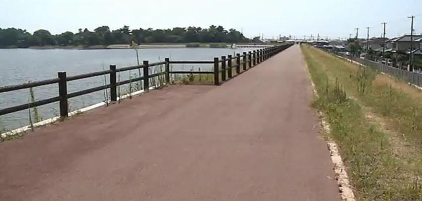 池の周りに整備された、およそ1.6キロメートルの遊歩道