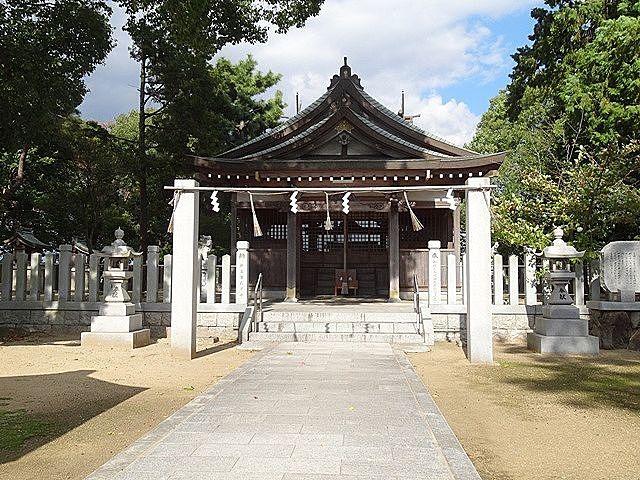 明神の森の一角に建つ上の宮五社大神社