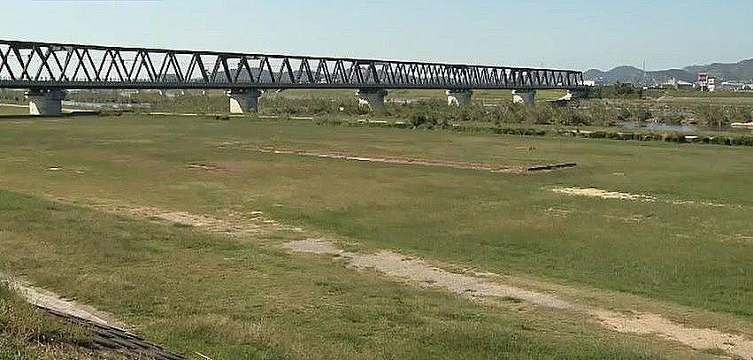 JR山陽本線加古川鉄橋の上流にある河原地区河川敷公園です