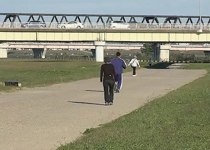 ジョギングや散歩を楽しむ人たち