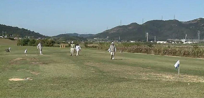 グラウンドゴルフを楽しむ人たち