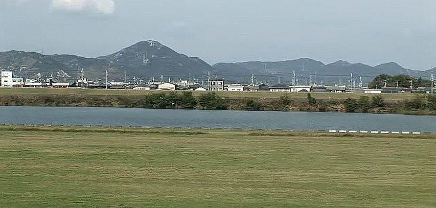 この河川敷からは、東播磨で最も高い高御位山(たかみくらやま)が望めます。