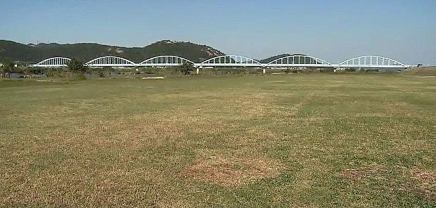 公園の北側にはブルーのアーチが美しい水管橋がかかっています。