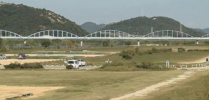 国道2号線加古川橋に面している米田地区河川敷公園です
