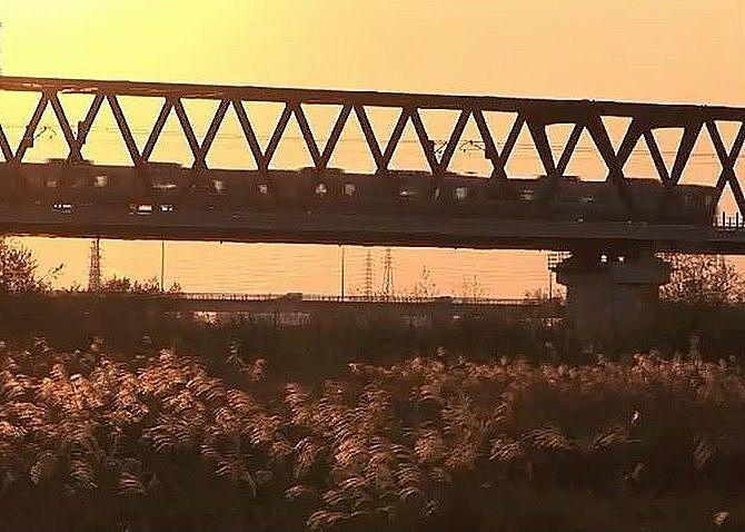 秋には、夕陽が河原のススキを赤く染めます。