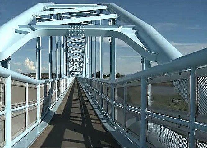 橋に架けられた水管の上の、自転車歩行者専用道路