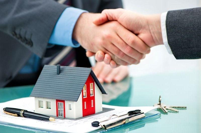 買取り業者と仲介業者が握手しています