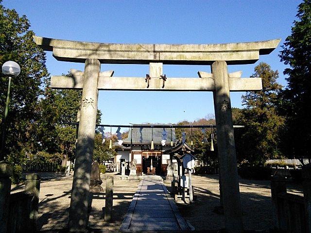 ひときわ大きな社は、 居屋河原日岡神社(いやがわらひおかじんじゃ)です。