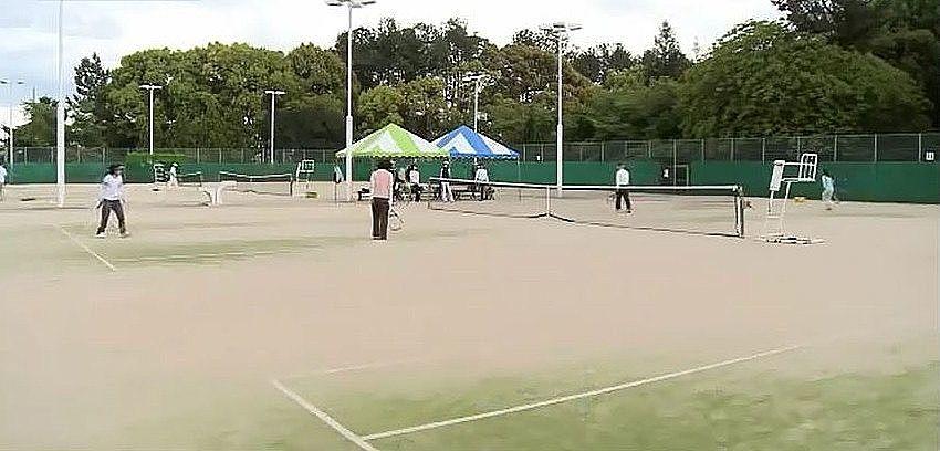 砂入り人工芝コートやアンツーカーコートなど、合わせて9面あるテニスコート