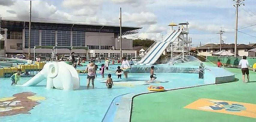 夏に賑わう市立日岡山市民プール