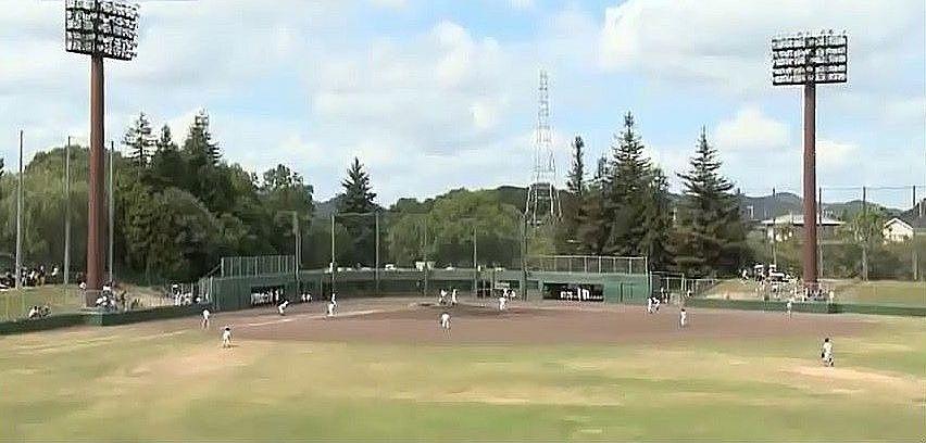 両翼92メートル、センター120メートルの日岡山公園野球場