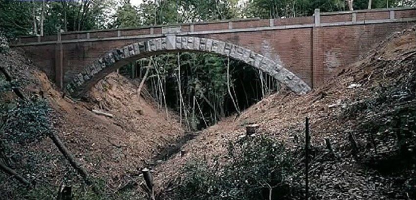 雑木林の中に、ひっそりと佇む平木橋