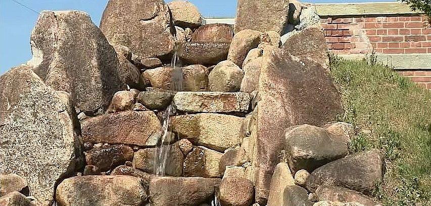 ポンプアップした水が、岩伝えに流れ落ちる様子