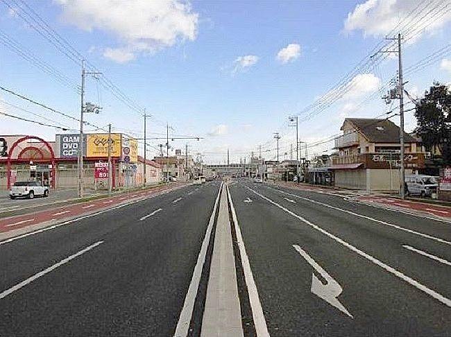 片側二車線の沖浜平津線の写真