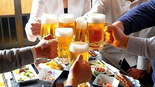 ビールで乾杯する忘年会の風景