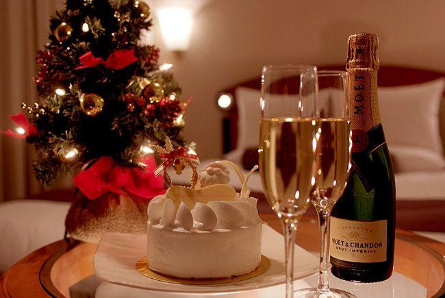 シャンパンとケーキでクリスマスを過ごす
